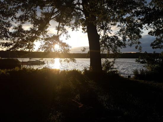 Sommer mit Kleinkind: Sonnenuntergang am See.