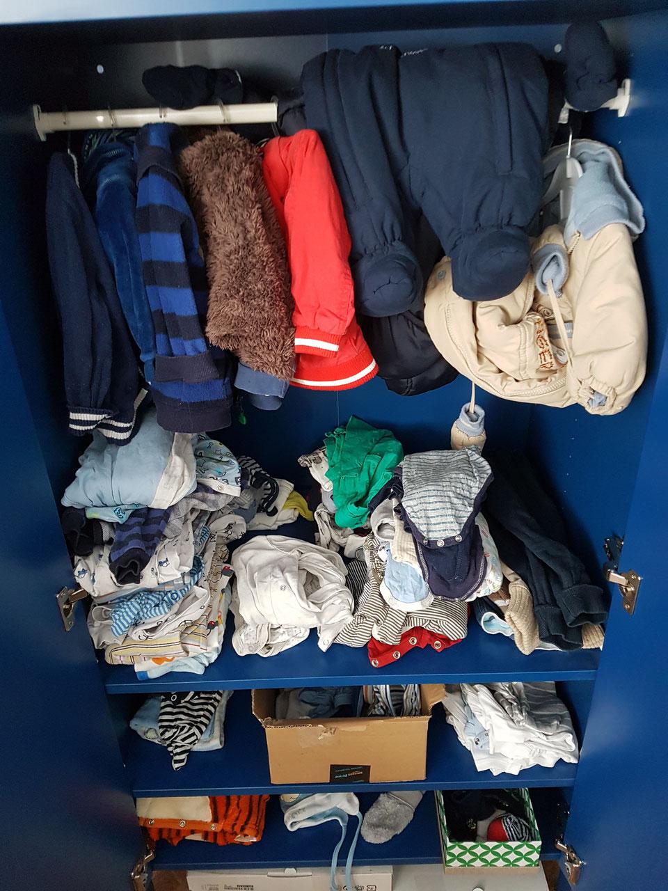 bc22dab933c301 Juniors gut ausgestatteter Kleiderschrank. Etwa 80% seiner Kleidung haben  wir gebraucht erstanden.